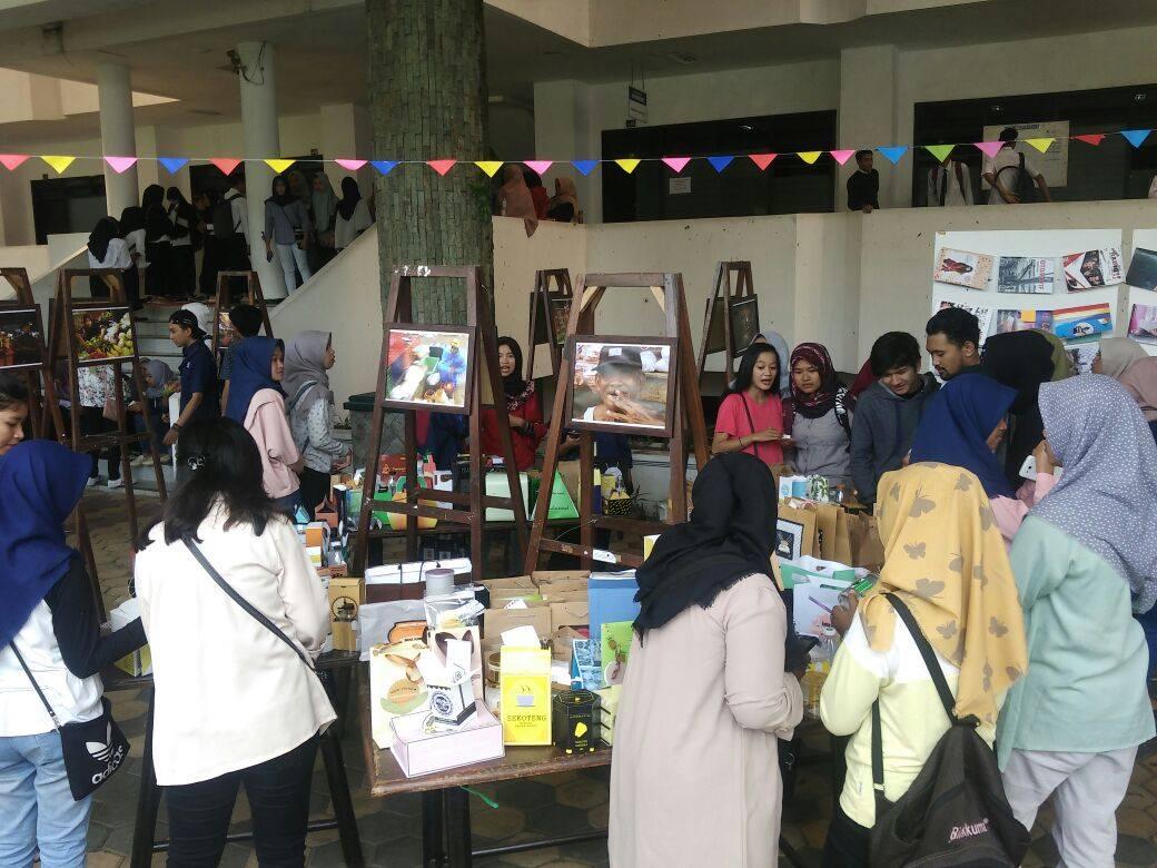 Suasana Pameran Artphobic Vol. 2 yang merupakan pameran hasil karya mahasiswa Ilmu Komunikasi 2016 yang mengambil mata kuliah Komputer Grafis serta mahasiswa 2017 dengan mata kuliah Dasar-Dasar Fotografi.